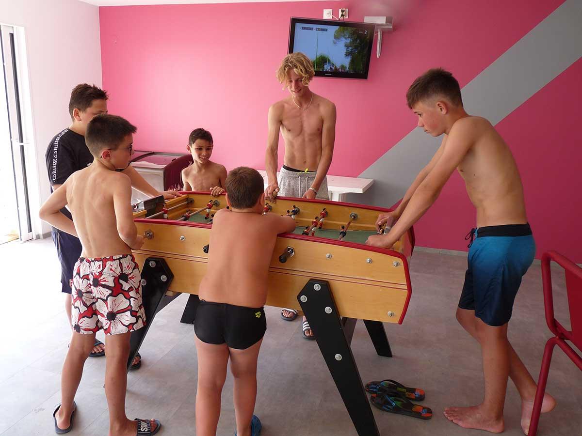 salle de jeu avec babyfoot