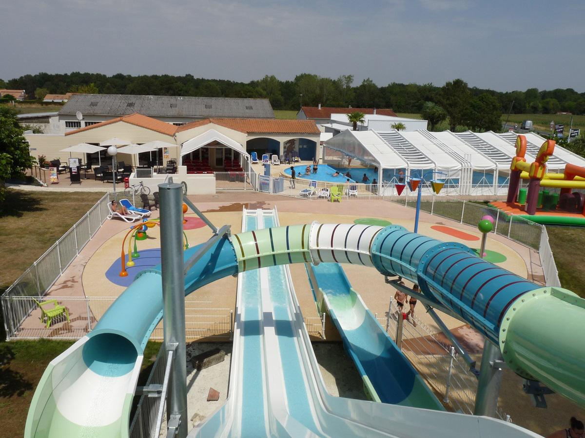 espace aquatique avec toboggans aquatique